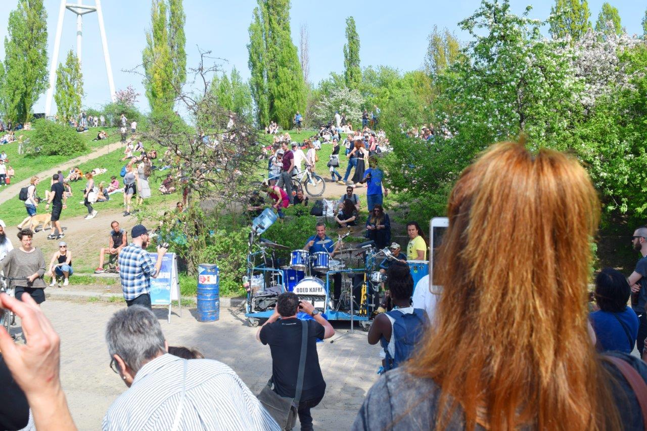 ドラムの演奏に合わせて踊る人々