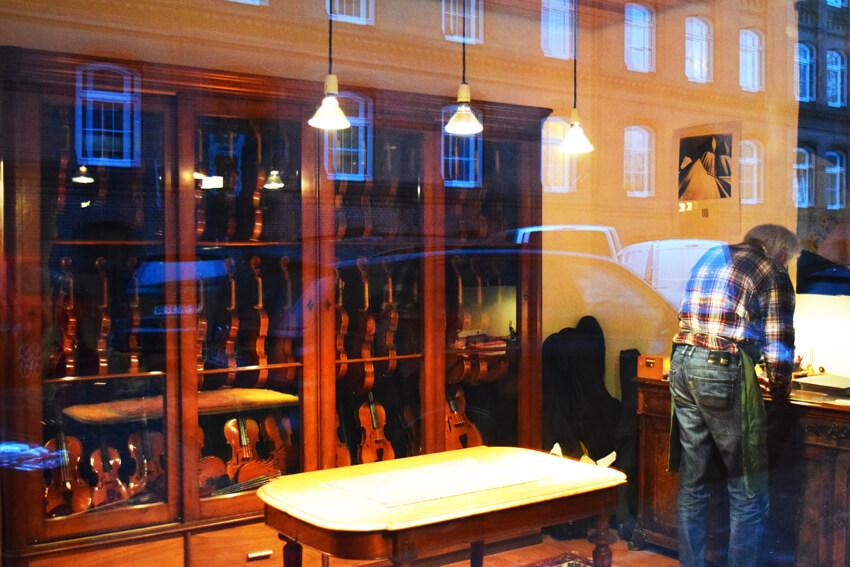 ふと除いた窓の奥はバイオリン工房