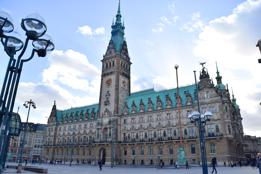 宮殿のよに豪華なハンブルク市庁舎
