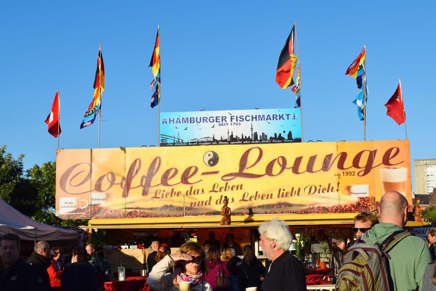 マーケットの入り口付近にあるカフェ