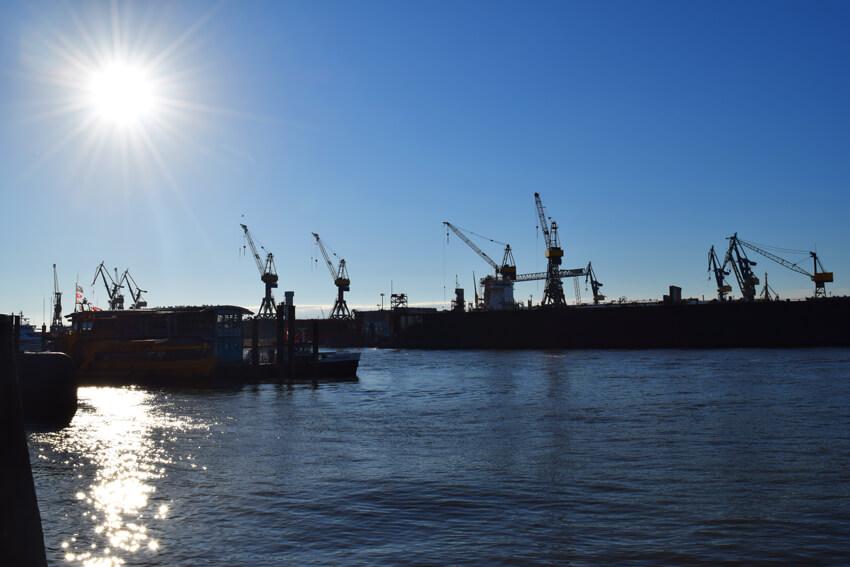 朝日に輝く港の風景が眩しい