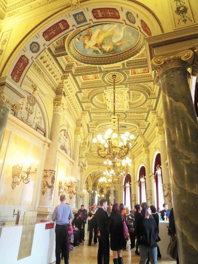 宮殿のような内装