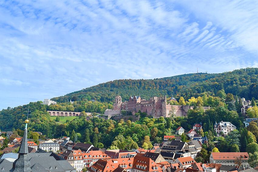 丘の上にたたずむ古城