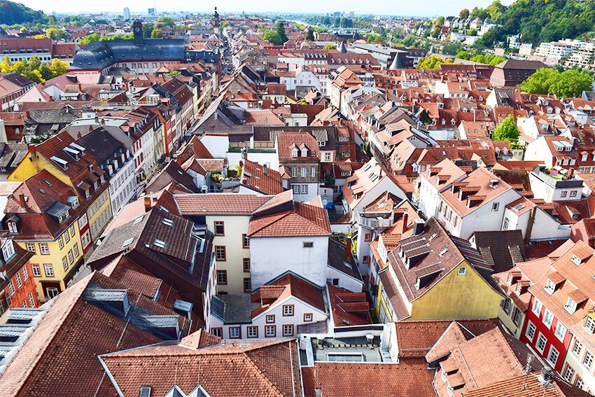 オレンジ色の屋根が所せましと連なる旧市街