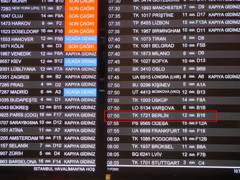 イスタンブール空港乗り継ぎ便が表示される掲示板