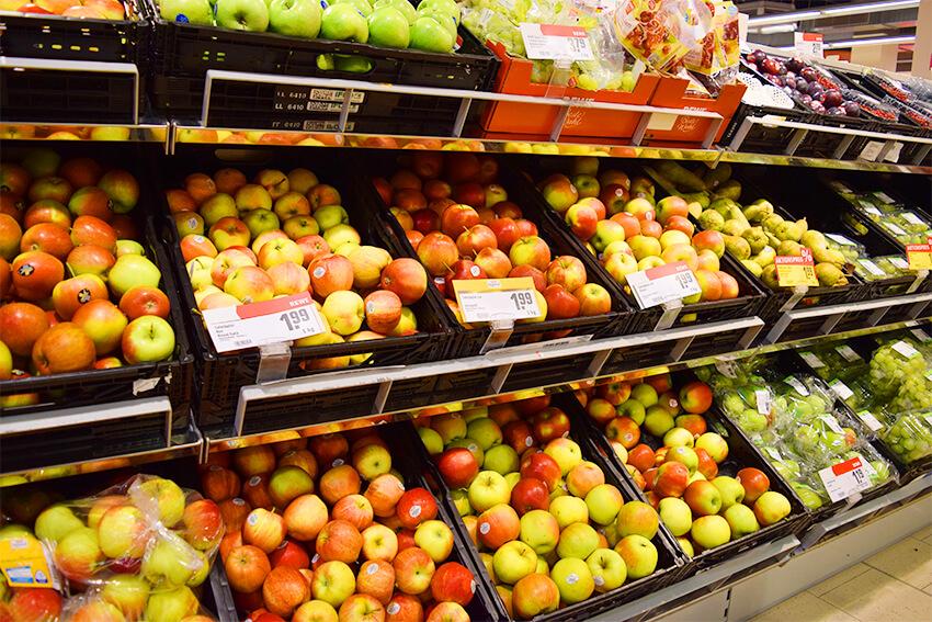 スーパーマーケットのフルーツ売り場